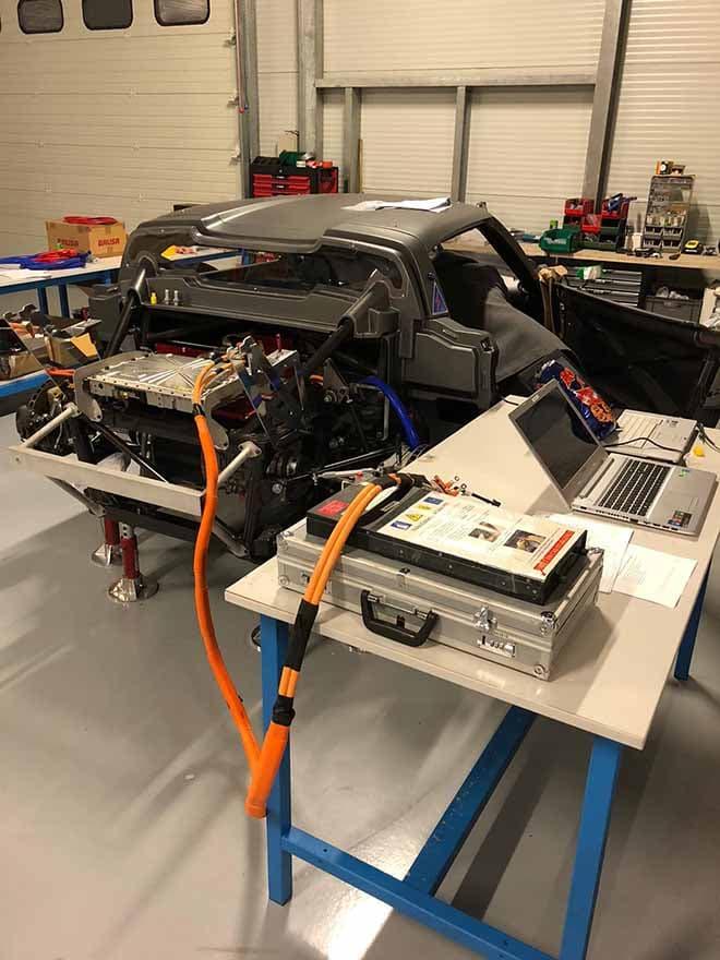 MTech - Bureau d'étude technique, secteur automobile - Photo de voiture électrique dans un garage Moteur connecté