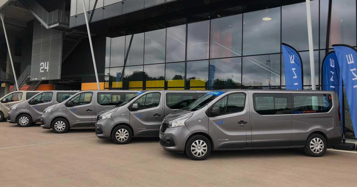 MTech-boite événementielle-véhicules alignés devant un immeuble en verre
