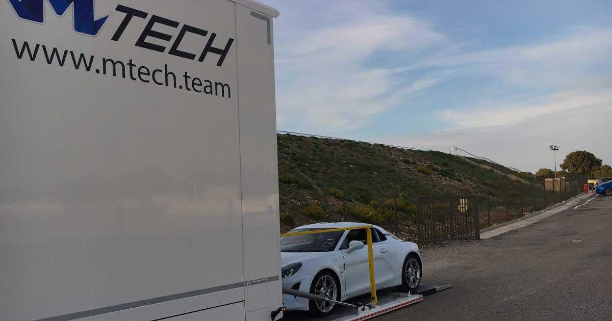 MTech Transport de véhicules - Photo d'une voiture sortant d'un camion